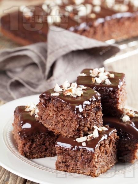 Пухкав шоколадов кекс без мляко със заквасена сметана, глазура и бадеми - снимка на рецептата